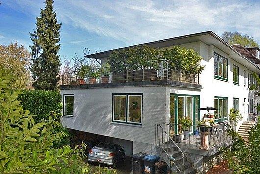 Exquisite 3-Zimmer-ETW (vermietet) mit 40 m² Dachterrasse und Privatgarage in Düsternbrook