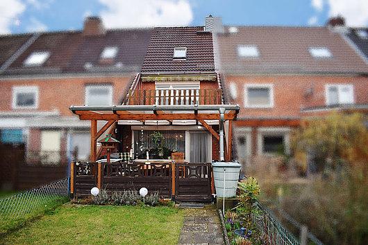 Reihenmittelhaus mit überdachter Terrasse und Balkon in Elmschenhagen-Süd