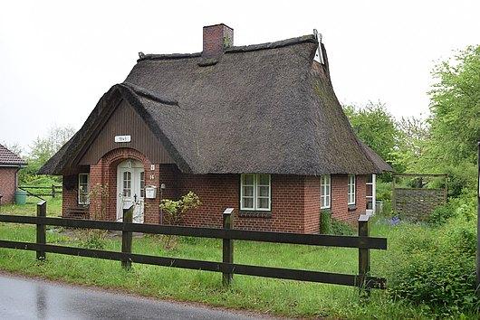 Reetdachhaus in Feldrandlage auf schönem Grundstück