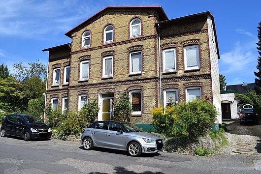 Mehrfamilienhaus und ein Hinterhaus in Kiel-Holtenau in unmittelbarer Kanalnähe